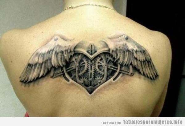 Tatuajes steampunk mujeres, corazón con alas