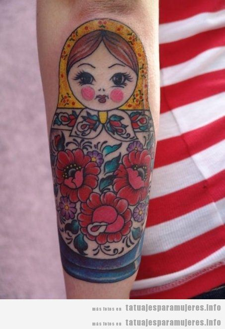 Tatuajes muñeca rusa matrioska para mujer en brazo