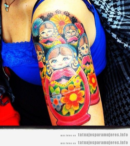 Tatuajes muñeca rusa matrioska para mujer en hombro 2