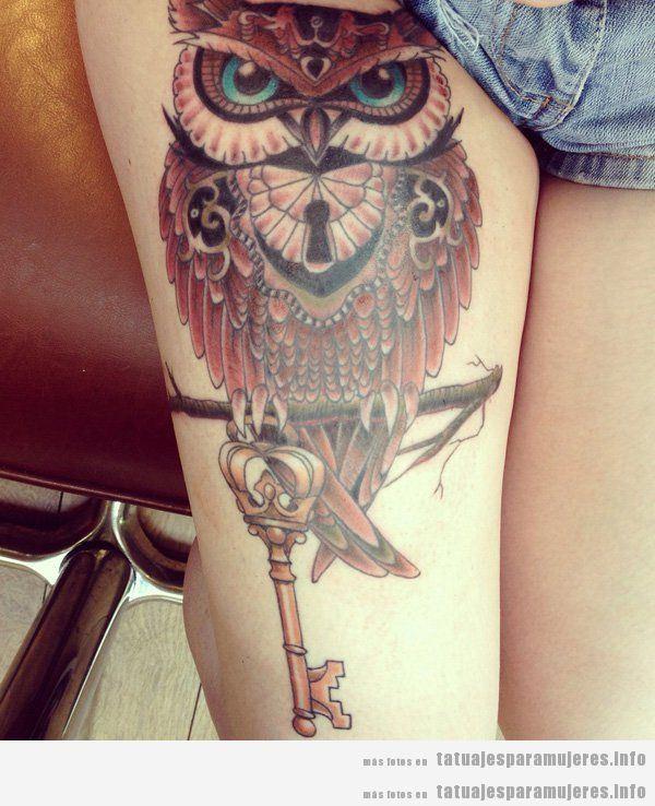 Tatuaje búho para mujer en los muslos