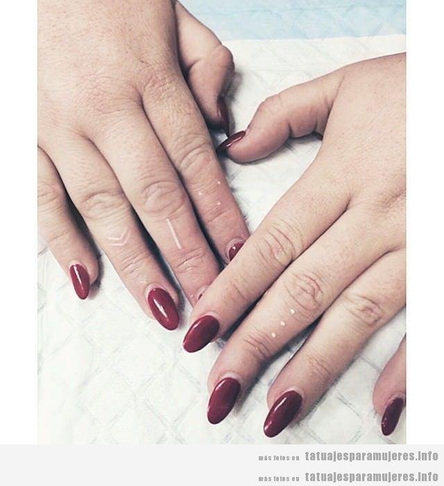 Tatuajes mujer pequeños puntos en los dedos