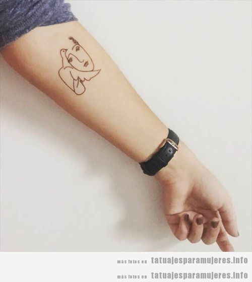 Tatuajes mujer paloma de la paz en el antebrazo