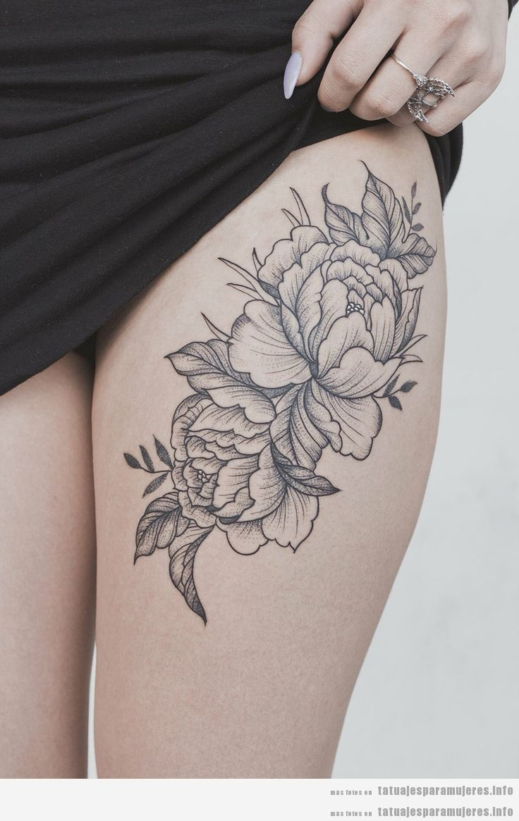 Tatuajes en el muslo con diseño de flores