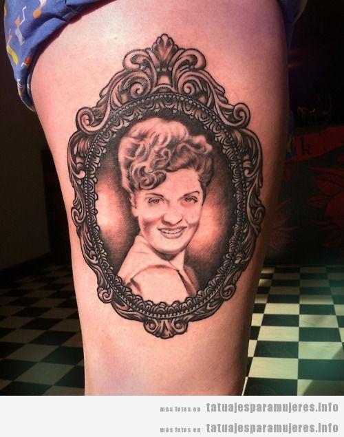 Tatuajes en el muslo con retratos de mujer enmarcado