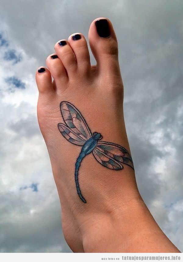 Tatuajes para mujer en el pie, libélula