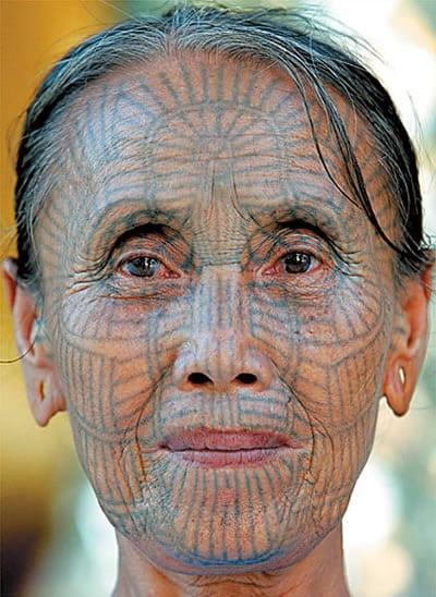 Mujer de Myanmar con tatuajes en la cara