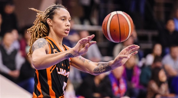 Jugadora baloncesto con tatuajes