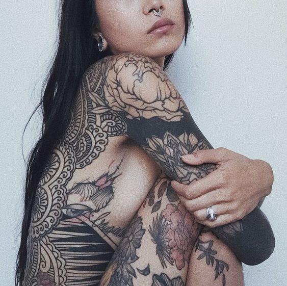 Tatuaje mujer brazo y costado 2