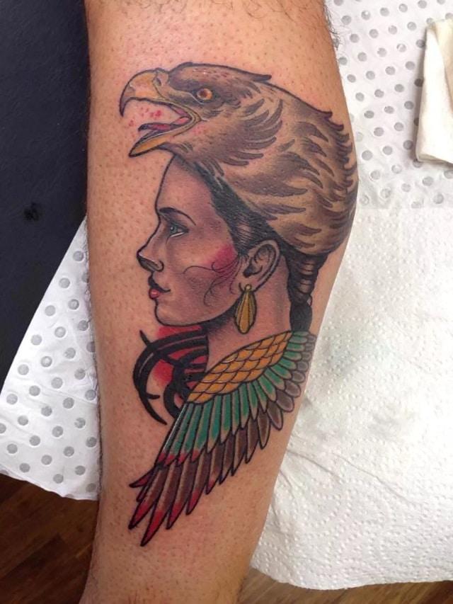 Tatuaje mujer águila cabeza
