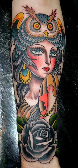 Tatuaje mujer búho cabeza
