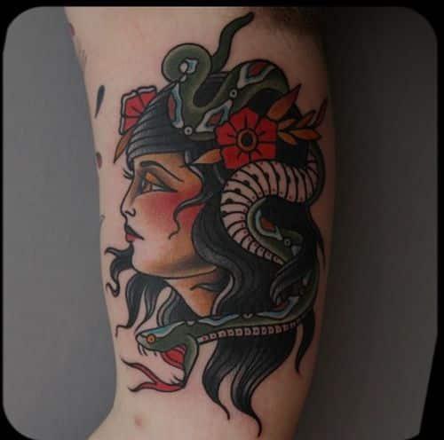 Tatuaje mujer cabeza serpiente