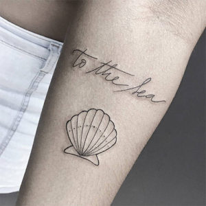 Tatuajes minimalistas concha marina