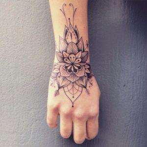 Tatuaje mandala mano mujer flor