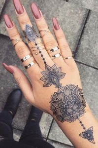 Tatuaje mandala mano y dedos mujer