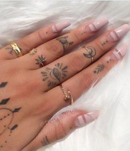 Tatuajes mujer símbolos dedos