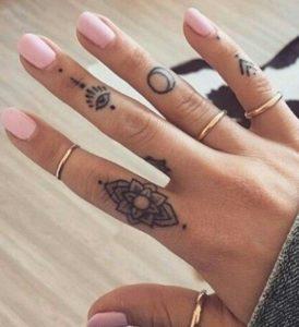 Tatuajes mujer símbolos dedos 2
