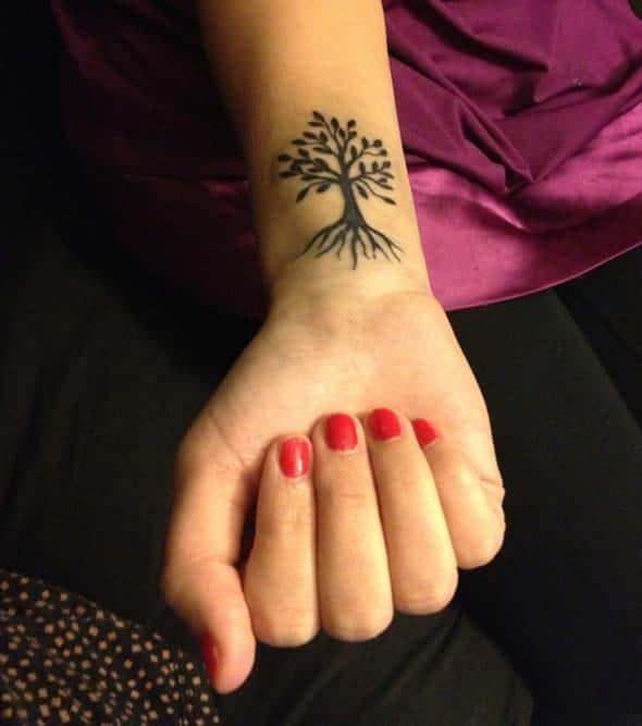 Tatuaje árbol de la vida para mujer en la muñeca
