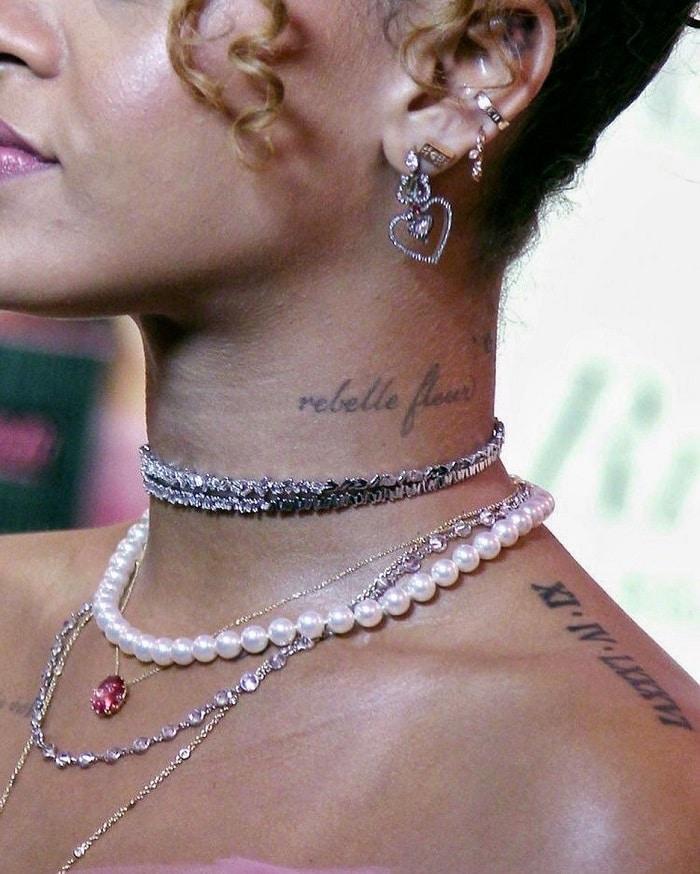 Combinar tatuajes en el cuello con gargantillas y collares