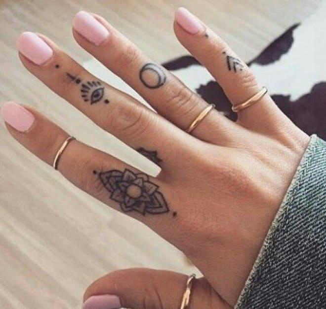 Combinar tatuajes en los dedos con anillos